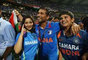 २०११ चा विश्वचषक जिंकल्यानंतर आपल्या परिवारासह आनंद व्यक्त करताना मास्टर ब्लास्टर सचिन तेंडुलकर