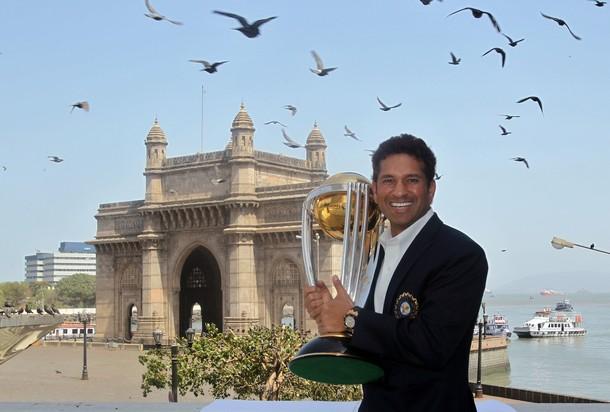 २०११ चा विश्वचषक जिंकल्यानंतर ताज हॉटेलमध्ये झालेल्या फोटोशूटमध्ये गेट वे ऑफ इंडियाच्या पार्श्वभूमीवर सचिन तेंडुलकरने असा फोटो काढला.