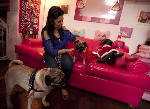 इस्थर रॅमोसने घातले आपल्या कुत्र्यांना फॅशनेबल कपडे