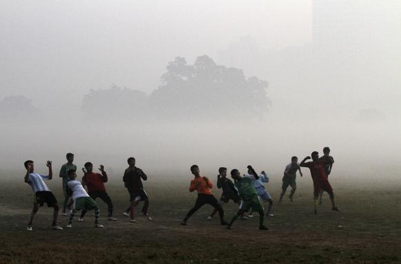 कोलकातामध्येही थंडीतही खेळताना युवा भारतीय फुटबॉल खेळाडू