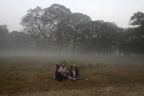 कोलकातामध्येही थंडीची चाहूल आहे. यावेळी गप्पा मारताना लोक