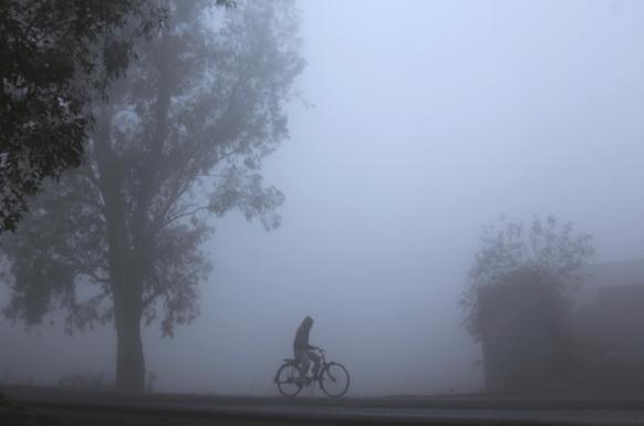 जम्मूत धुक्यांतून सायकलवरून जाताना
