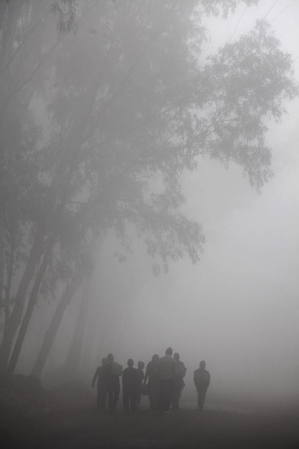 जम्मूमध्ये तपमान उणे झाले आहे. थंडीतून शाळेत जाणारी मुलं