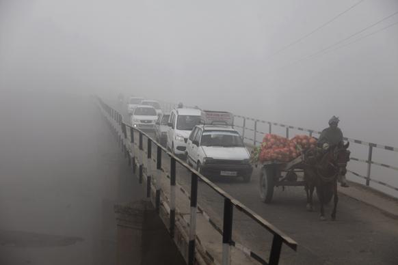 उत्तर भारतात थंडीची लाट आली आहे. जम्मूतील एका पुलावरील दृश्य.