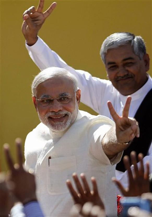 गुजरात - चौथ्यांदा मुख्यमंत्री पदाची शपथ घेण्यासाठी आले असताना विजयीमुद्रेत नरेंद्र मोदी.