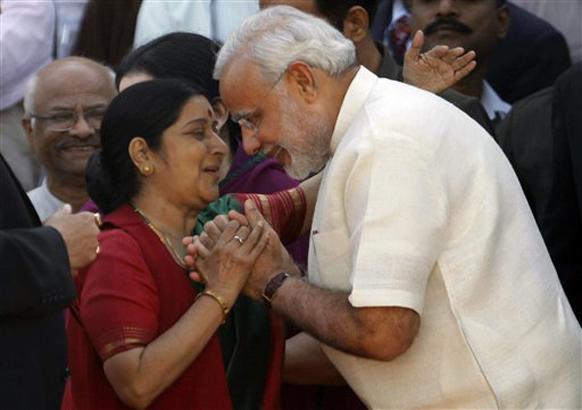 गुजरात - चौथ्यांदा मुख्यमंत्री झालेले नरेंद्र मोदी यांच्या पाठीवर कौतुकाची थाप मारताना भाजपच्या नेत्या सुषमा स्वराज