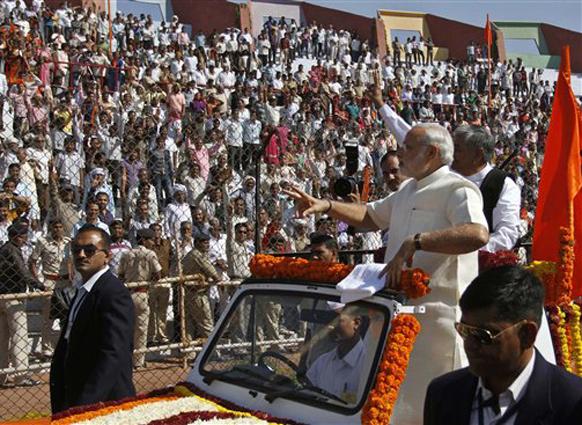 अहमदाबादच्या सरदार वल्लभभाई पटेल स्टेडियममवर शपथविधी झाला. यावेळी गुजरात जनतेचे आभार मानताना नरेंद्र मोदी.