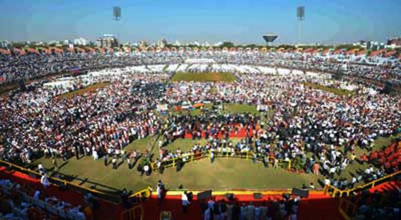 अहमदाबादच्या सरदार वल्लभभाई पटेल स्टेडियममध्ये जमलेला जनसमुदाय. याच ठिकाणी नरेंद्र मोदींनी शपथ घेतली.