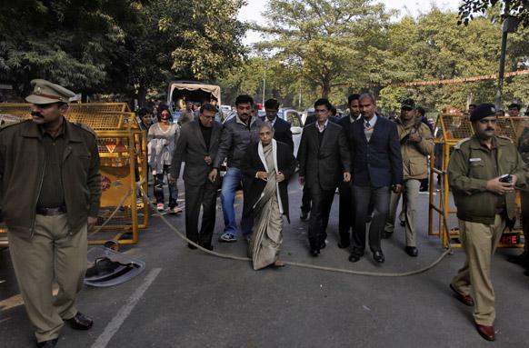 दिल्लीच्या मुख्यमंत्री शीला दीक्षित एका समूहात सहभागी होण्यासाठी आल्या असताना