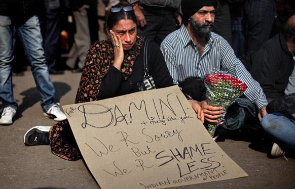 दिल्ली सामूहिक बलात्कारातील पीडित तरूणीनी बळी पडल्याने शोक व्यक्त करताना महिला.