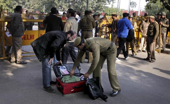 दिल्ली गँगरेप : दिल्लीमध्ये आंदोलनं आणि निदर्शनं सुरू असताना पोलीस बॅगेची तपासणी करताना