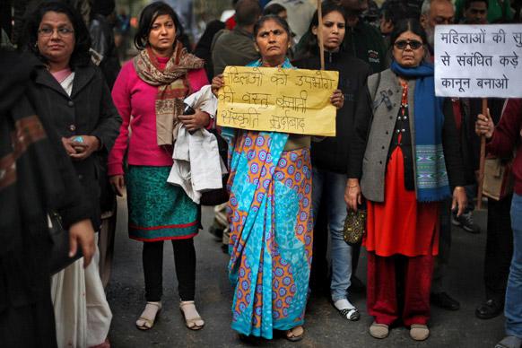 नवी दिल्लीत निषेध करताना महिला.