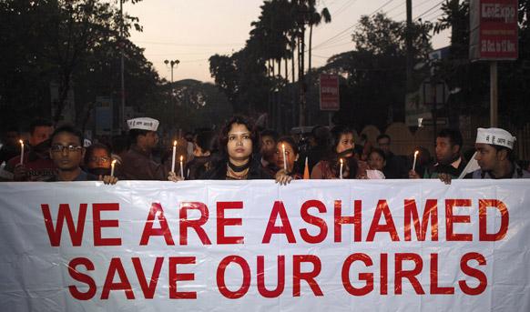 मुलींचे संरक्षण करा आणि मुली वाचवा, असा संदेश देत दिल्लीतील घटनेचा निषेध करताना महिला आणि तरूण
