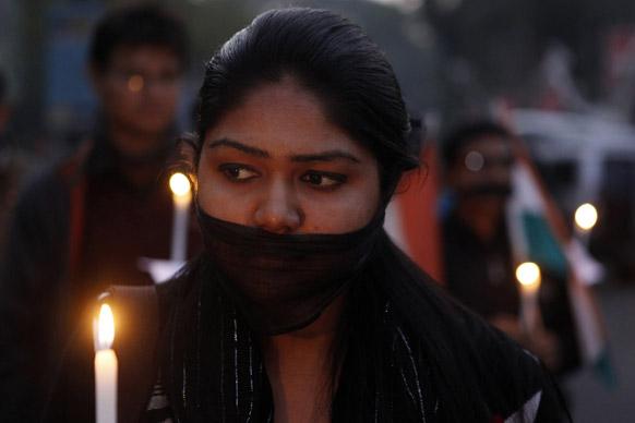 गुवाहाटीमध्ये कॅंडलमार्च काढून दिल्लीतील घटनेत बळी ठरलेल्या तरूणीला श्रद्धांजली वाहताना महिला.