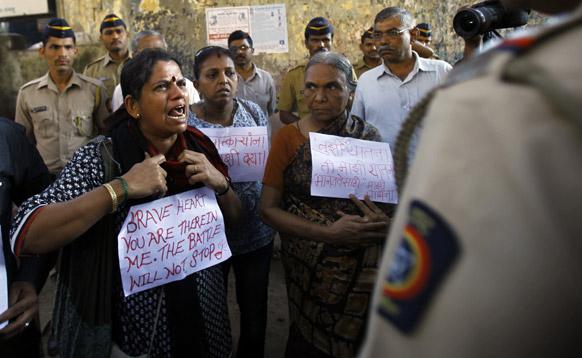 दिल्लीतील घटनेनंतर मुंबईतमध्ये पोलिसांपुढे आपला राग व्यक्त करताना महिला.