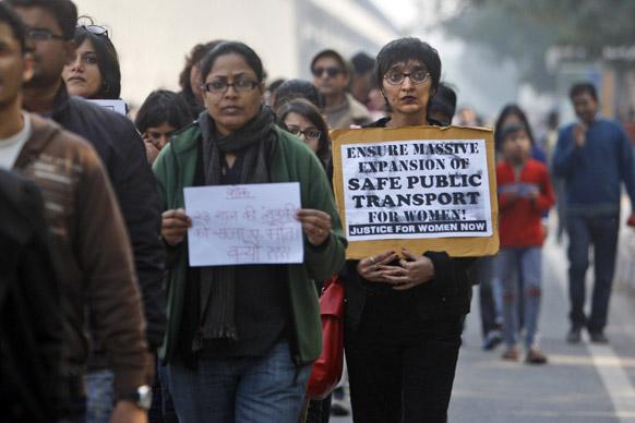 दिल्ली सामूहिक बलात्कारातील पीडित तरूणीची मृत्युशी झुंज अखेर अपयशी ठरली...त्यानंतर तिला मूक श्रद्धांजली वाहण्यात आली.