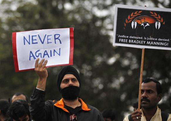 दिल्लीतील भयंकर घडनेनंतर पुन्हा अशी घटना नको. तोंडावर काळी रिबिन बांधून या घटनेचा निषेध असा केलाय.
