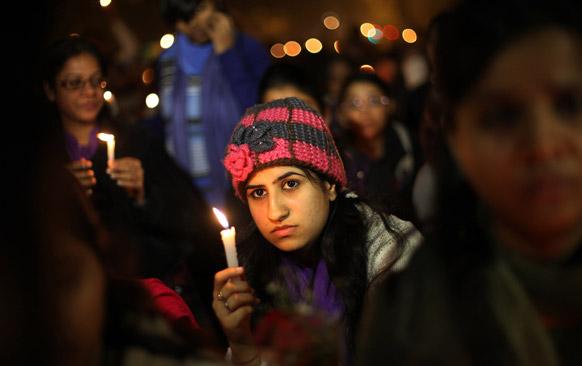 दिल्लीत क्रौर्य आणि अमानुषपणाची शिकार ठरलेली २३ वर्षीय तरुणी अखेर हे जग सोडून गेली. तिच्या जाण्याने देशात शोक व्यक्त होत आहे. मेणबत्ती पेटवून श्रद्धांजली वाहताना तरूणी