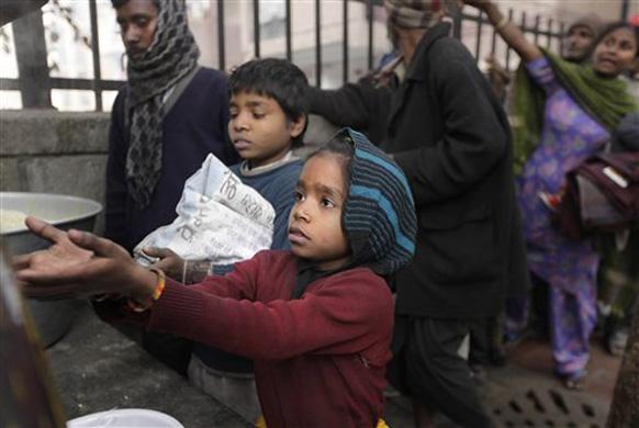 नवी दिल्लीमध्ये काही बेघर लहानगी अन्नासाठी फिरताना...