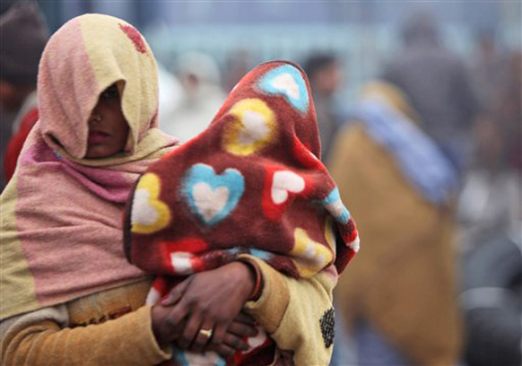 एक आई आपली आणि आपल्या चिमुकल्याचा थंडीपासून बचाव करण्याचा प्रयत्न करताना...