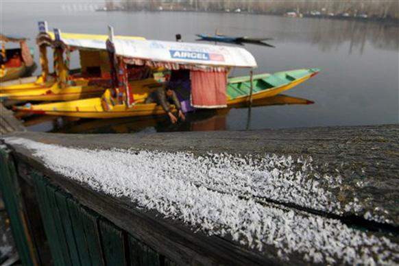 श्रीनगरचं थिजलेलं दाल लेक... अनेक जण या थंडीची मजा लुटण्यासाठी उत्तर भारताकडे प्रयाण करत आहेत.