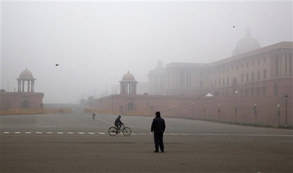 नेहमी गरमागरम वातावरण असलेली दिल्लीही यंदाच्या थंडीत चांगलीच गारठलीय.