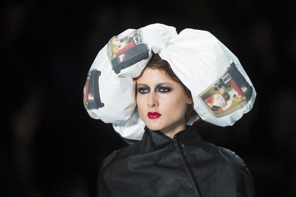 मॉडेल फॅशन वीकमध्ये रॅम्पवॉक करताना