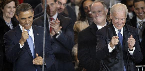 व्हाइट हाऊस जवळील पेनसिल्वेनिया एवेन्यूच्या उद्घाटन सोहळ्याच्यावेळी राष्ट्रपती बराक ओबामा आणि उपराष्ट्रपति जो बिडेन