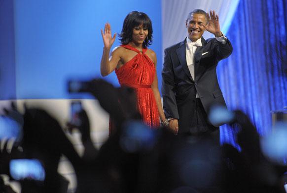 उपस्थितांना अभिवादन करताना मिशेल आणि बराक ओबामा