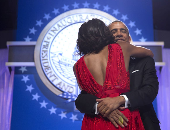 बराक ओबामाना अशी मिठी मारली मिशेल यांनी
