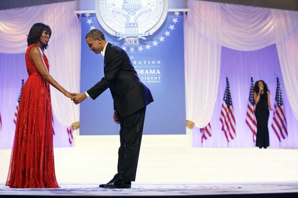 बराक ओबांमाचा शपथ विधी सोहळा पार पडला. यावेळी पत्नी मिशेल हिच्याशी हस्तांदोलन करताना