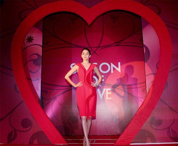 'गितांजली'चं प्रमोशन करताना लाल ड्रेसमध्ये उठून दिसणारी अनुष्का...