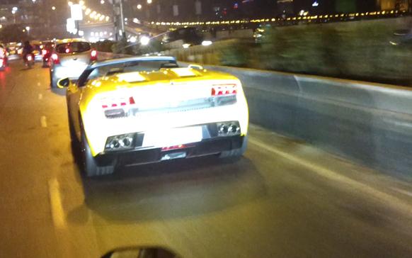 पहा प्रणय पालव यांनी मुंबईच्या रस्त्यावर धावणाऱ्या पाच कोटीच्या ह्या कारचे  'झी २४ तास'साठी काढलेले हे खास फोटो