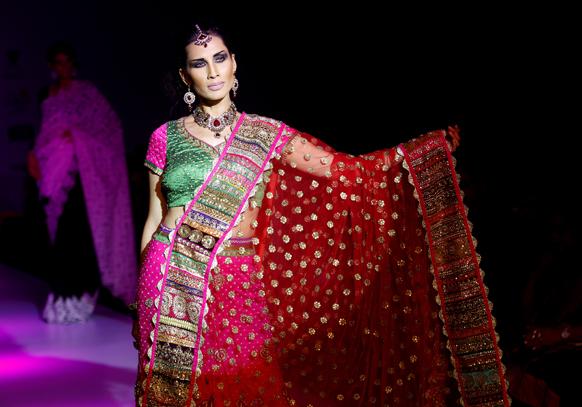 बंगळुरू फॅशन वीकमधील एक मॉडेल