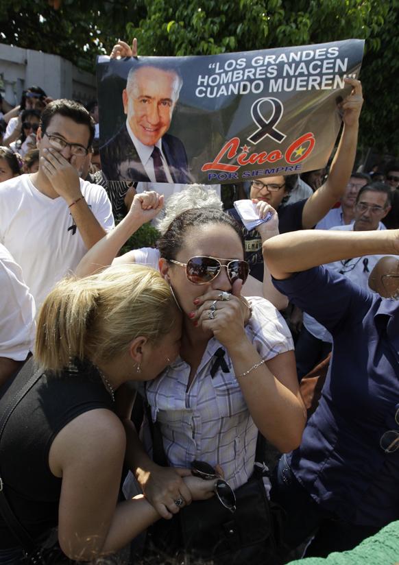 परागुयान राष्ट्रपती निवडणूकीतील उमेवार लियो आपल्या समर्थकांसह पॅराग्वे आले असताना.