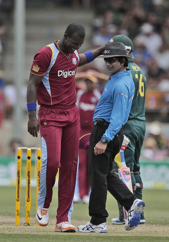 ऑस्ट्रेलिया विरूद्ध खेळताना एक दिवसीय अंतरराष्ट्रीय क्रिकेट सामन्याच्यावेळी पंचाशी हास्यविनोद करताना वेस्टइंडिजचा कर्णधार डॅरेन सॅमी