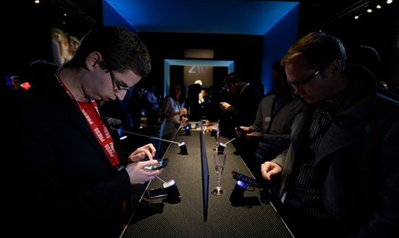पत्रकार Blackberry 10 कसा आहे हे हाताळून पाहताना...