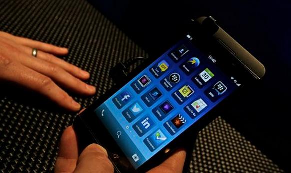 लंडनमध्ये लाँच झालेला... हा टचस्क्रिन Blackberry 10