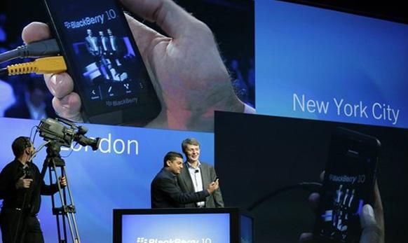 भारतीय विवेक भारद्वाज Blackberry 10 सॉफ्टवेअरचा प्रमुख.... सॉफ्टवेअरबाबत समजावताना...