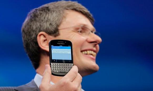 सीईओ थ्रोस्टन हेनिस Blackberry 10 चे अनावरण करताना...