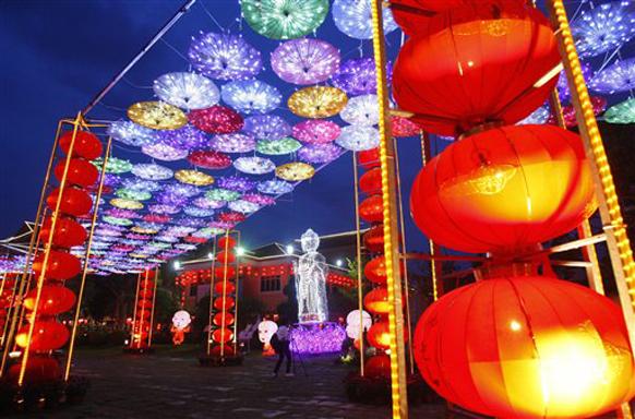 नववर्षाच्या सायंकाळी, चिनी कुटुंबे वार्षिक सहभोजनासाठी एकत्र जमतात.