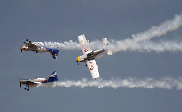 आकाशात तेजस पासून ते फ्लाइंग बुल सारख्या विमानांनी कलाबाजी दाखवत प्रेक्षकांना थक्क केलं...