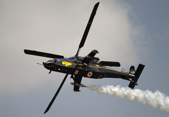 रुद्र, भारताचं कॉम्बॅट हेलिकॉप्टर, एअरो इंडिया शो २०१३ मध्ये हवाई कसरती सादर करताना...