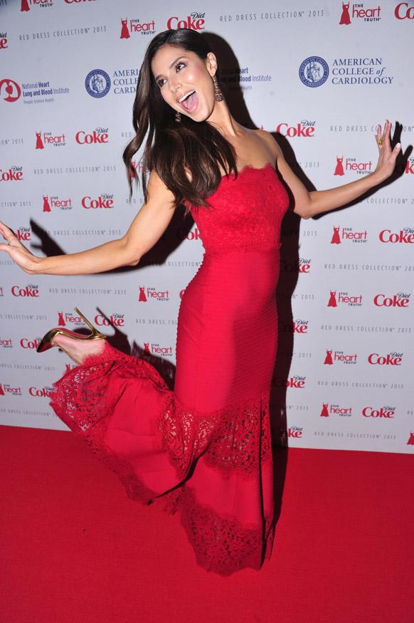न्यू यॉर्क फॅशन शो २०१३ मध्ये रेड ड्रेस कलेक्शन सादर करताना मॉडेल रोझलीन सांचेझ