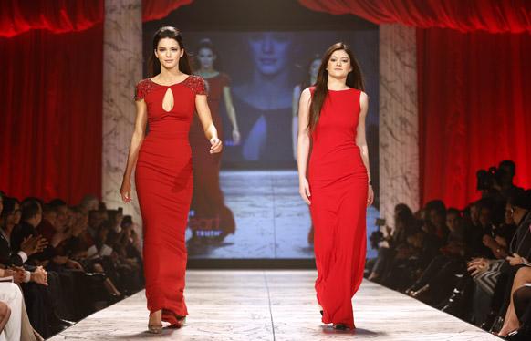 न्यू यॉर्क फॅशन शो २०१३ मध्ये रेड ड्रेस कलेक्शन सादर करताना मॉडेल केन्डल जेनर आणि केली जेनर