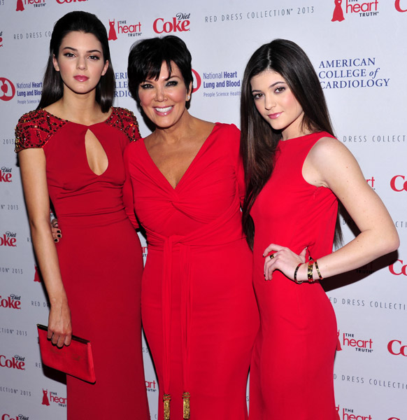 न्यू यॉर्क फॅशन शो २०१३ मध्ये रेड ड्रेस कलेक्शन पूर्वी केन्डल जेनर, क्रिस जेनर आणि केली जेनेर....
