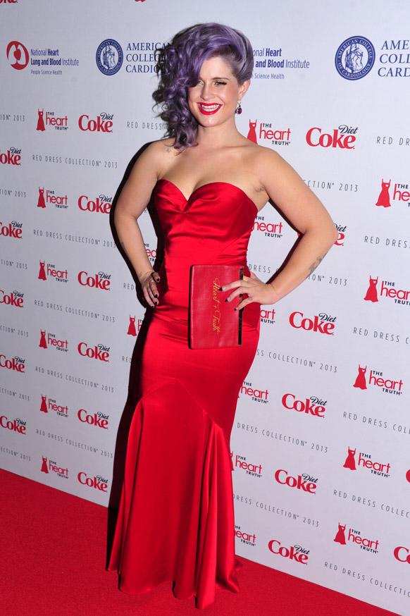 न्यू यॉर्क फॅशन शो २०१३ मध्ये रेड ड्रेस कलेक्शन सादर करताना मॉडेल केली ऑसबर्न.