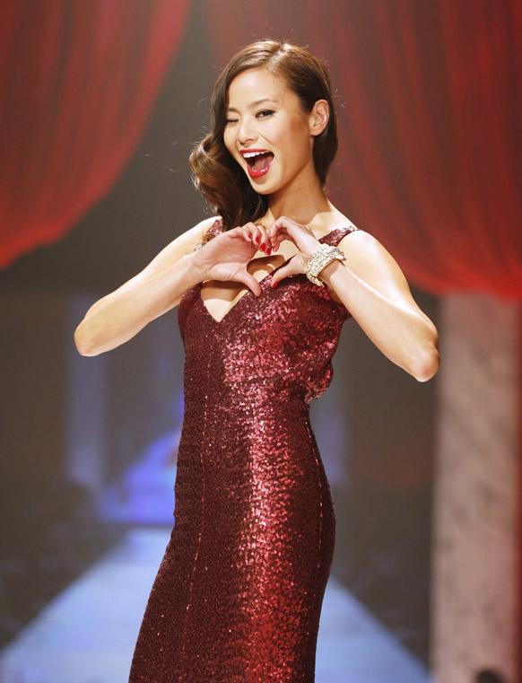 न्यू यॉर्क फॅशन शो २०१३ मध्ये रेड ड्रेस कलेक्शन सादर करताना मॉडेल जीमी च्यूंग