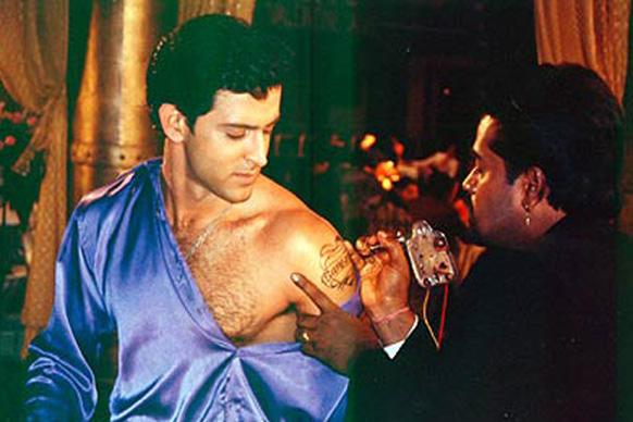 हृतिक रोशन आपल्या प्रेमिकाचे नाव असे गोंदून घेतले. 'प्रेम की दीवानी हूं' या चित्रपटात दाखविलेला एक सिन