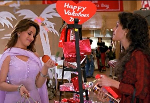 'दिल तो पागल है' मध्ये माधुरी दीक्षित अशी मुलगी आहे की एका विश्वासावर प्रेमाचा दिवस साजरा करण्यासाठी खरेदी करताना.